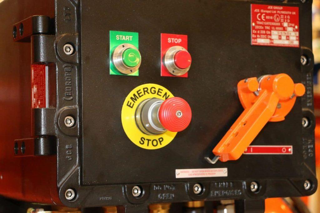 boutons principaux marche, arrêt, urgence